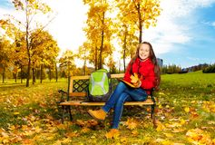 11 années de fille après école en parc Photo stock