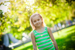 6 années de fille en parc Image libre de droits