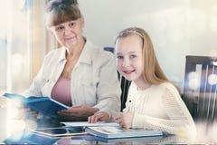 10 années de fille et son professeur Étude de petite fille pendant sa leçon privée Concept d'instruction et éducatif Photo libre de droits