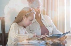 10 années de fille et son professeur Étude de petite fille pendant sa leçon privée Concept d'instruction et éducatif Image stock