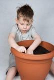 4 années de garçon plantant des graines Image stock