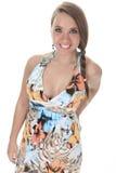 19 années de jeune femme avec une robe devant Photos stock