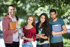 Années de l'adolescence étudiant à l'extérieur Image libre de droits