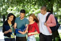 Années de l'adolescence étudiant à l'extérieur Photos libres de droits