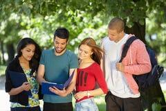 Années de l'adolescence étudiant à l'extérieur Photo stock