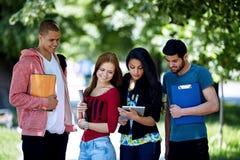 Années de l'adolescence étudiant à l'extérieur Images libres de droits