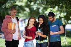 Années de l'adolescence étudiant à l'extérieur Image stock