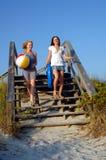 Années de l'adolescence allant à la plage Image libre de droits