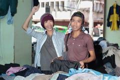 Années de l'adolescence asiatiques faisant des emplettes dans le bazar oriental Images libres de droits
