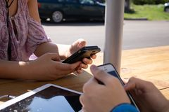 Années de l'adolescence aux téléphones image stock
