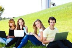 Années de l'adolescence avec des ordinateurs portatifs Photo stock