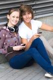 Années de l'adolescence avec des portables Images libres de droits