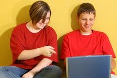 Années de l'adolescence avec l'ordinateur portatif Photo libre de droits