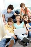 Années de l'adolescence avec l'ordinateur portatif Images libres de droits