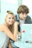 Années de l'adolescence avec la bouteille d'eau Photo libre de droits
