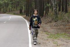 Années de l'adolescence avec la planche à roulettes Images libres de droits
