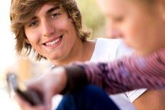 Années de l'adolescence avec le portable Photos stock