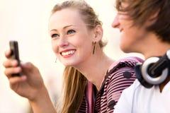 Années de l'adolescence avec le portable Image libre de droits