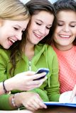 Années de l'adolescence avec le téléphone portable Image stock