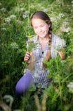 Années de l'adolescence avec les fleurs sauvages photo stock