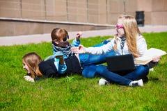 Années de l'adolescence ayant l'amusement sur le campus Image stock
