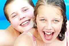 Années de l'adolescence dans la piscine photo stock