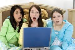 Années de l'adolescence et un ordinateur portatif Photos stock