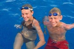 Années de l'adolescence heureuses dans la piscine Images stock