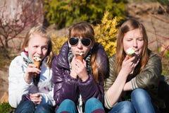 Années de l'adolescence mangeant une crême glacée Image stock