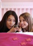 Années de l'adolescence mignonnes au téléphone Image libre de droits