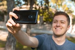 Années de l'adolescence prenant un selfie et un sourire photographie stock