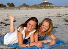 Années de l'adolescence riant sur la plage Photos stock