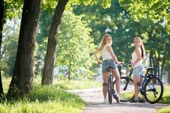 Années de l'adolescence sur des bicyclettes Photo stock
