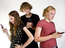 Années de l'adolescence Texting sur le téléphone portable Photo libre de droits