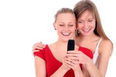 Années de l'adolescence utilisant le téléphone portable Photo stock