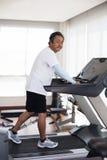 Années de l'homme supérieur 59s dans l'utilisation de centre de fitness pour les personnes âgées et Photographie stock libre de droits
