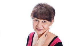 65 années de portrait de femme sur du fond blanc Femme belle d'âge d'admission à la pension souriant, Londres Images stock