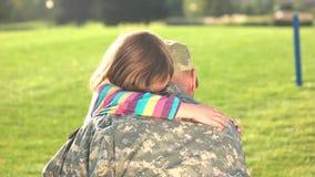 Années de Returning Home After de soldat de guerre banque de vidéos