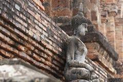 700 années de statue en pierre antique de Bouddha en papier peint en pierre unsymmetry, plein art de corps ouvrant la sculpture e Photo libre de droits