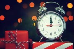 Années de veille neuves Horloge et cadeaux de minuit photo libre de droits