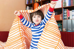 2 années heureuses d'enfant dans le lit à la maison Photo libre de droits