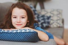 5 années heureuses mignonnes de fille d'enfant seul détendant à la maison Photo libre de droits