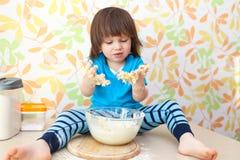 2 années mignonnes de cuisson de garçon Photo stock