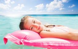 10 années mignonnes de fille détendant sur la station de vacances de mer Photos libres de droits