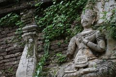 400 années ont ruiné la position et la prière antiques de la statue masculine d'ange chez Chiangmai, Thaïlande, statue de Bouddha Photographie stock libre de droits