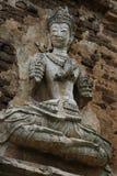400 années ont ruiné la position et la prière antiques de la statue masculine d'ange chez Chiangmai, Thaïlande, statue de Bouddha Images stock