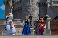 Anna, εμπαιγμός και Olaf στη βασιλική φιλία Faire του εμπαιγμού σε Cinderella Castle στο μαγικό βασίλειο 2 στοκ εικόνες με δικαίωμα ελεύθερης χρήσης