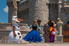Anna, εμπαιγμός και Olaf στη βασιλική φιλία Faire του εμπαιγμού σε Cinderella Castle στο μαγικό βασίλειο 3 στοκ φωτογραφία