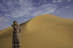 Anna μπροστά από έναν αμμόλοφο άμμου Στοκ Φωτογραφία