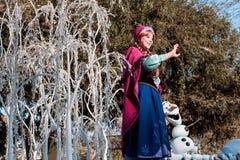 Anna της παγωμένης φήμης στο επιπλέον σώμα στην παρέλαση Disneyland Στοκ Εικόνες